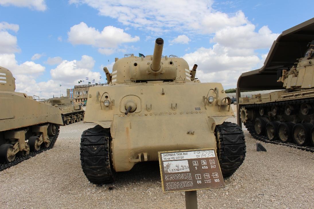 1108 M4A3 Sherman Tank 105mm Howitzer Frontansicht mit Beschreibung